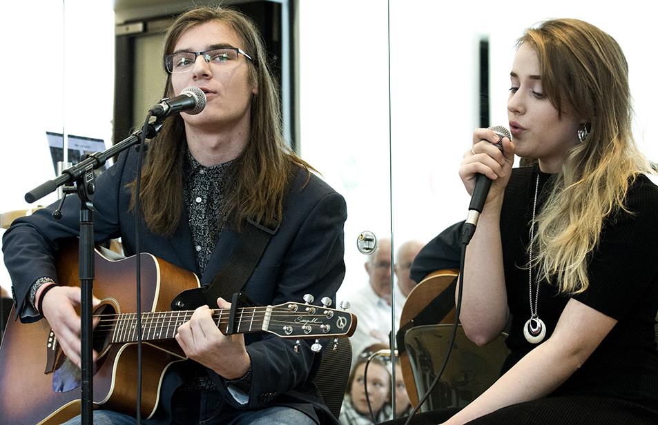 Adrian og Kassia sang og spilte på Kick-off i Stormen.