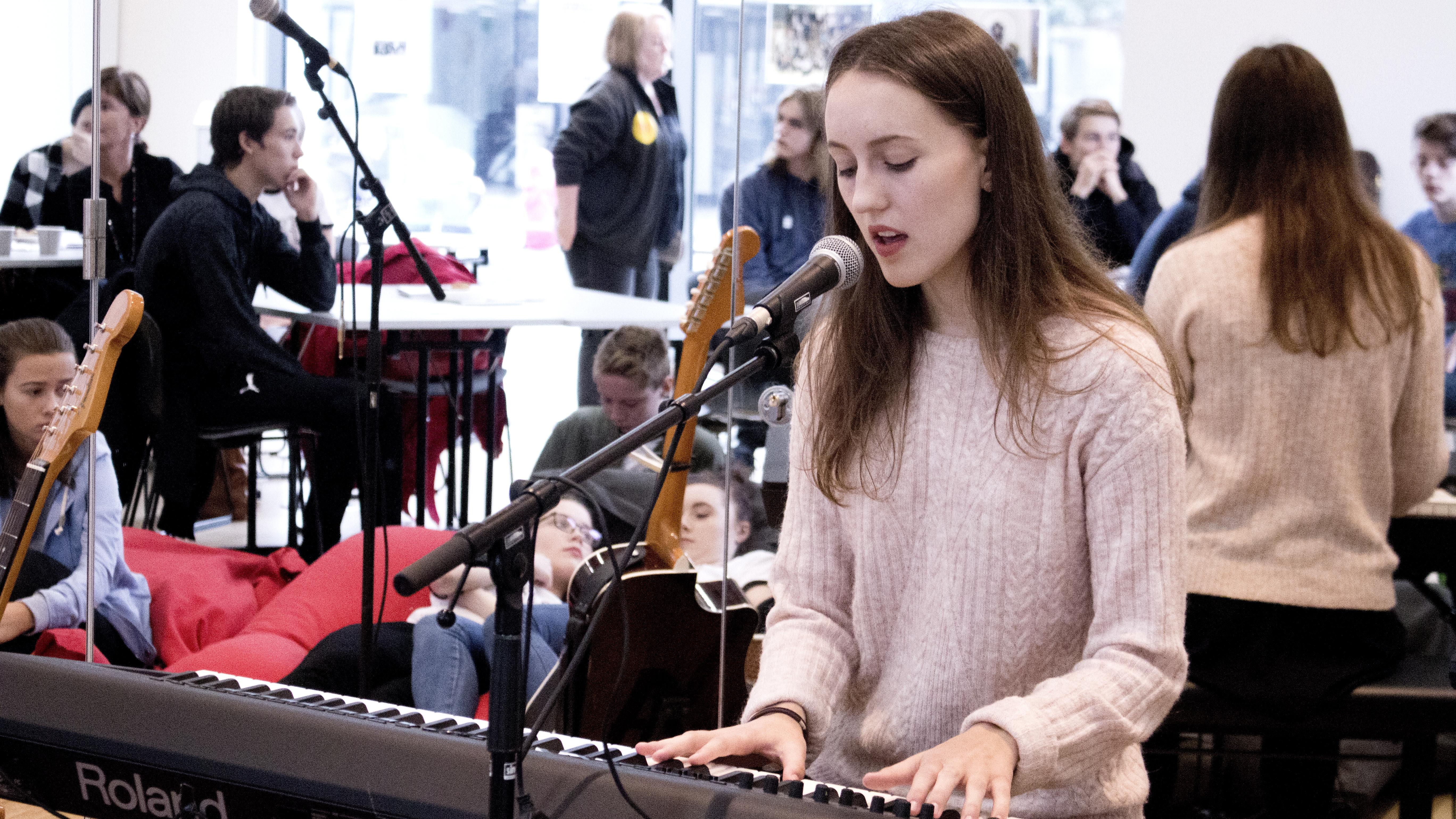 Kristina Høiskar sang og spilte på Kick-off i Stormen.